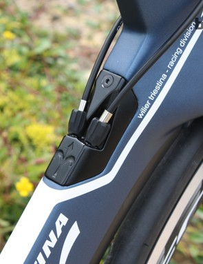 This plate for the integrated cable routing can be switched out with a replacement component in order to accomodate an electronic groupset
