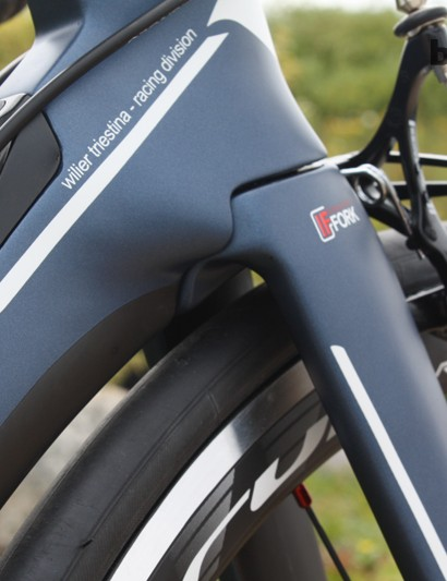 The Cento1Air frameset features an elongated gusset behind the head tube along with aero channels at the top of the fork legs