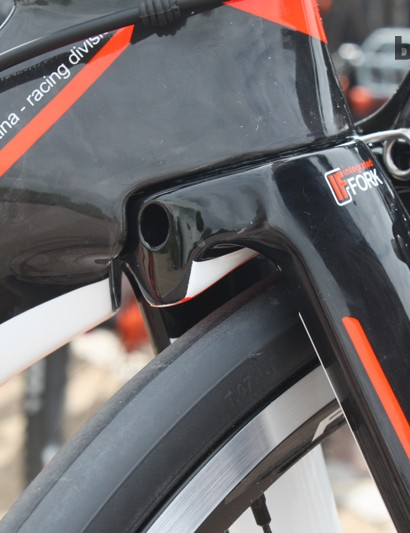 The integrated aero fork also uses a tapered steerer