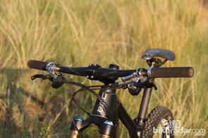The 685mm-wide Easton EC70 handlebar is a good match for the FS01 29's trail-oriented handling