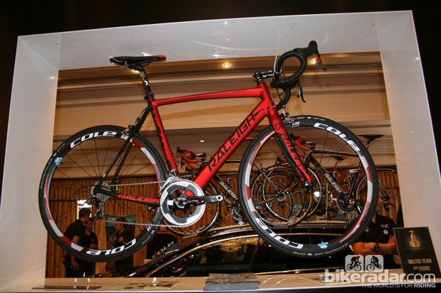 The Raleigh Militis Team has a carbon frame shared across three models in the range. Weights are said to be 880g for the frame (53cm) and 395g for the fork (with steerer cut to 53cm). Based on the same geometry are two aluminium Militis models, sharing a 1,300g frame and the same 395g carbon fork. The Militis Comp Alloy runs SRAM Rival and the SL is equipped with SRAM Apex