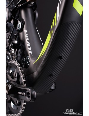 A rubberized leather guard on the underside of the down tube protects the carbon frame from rock strikes