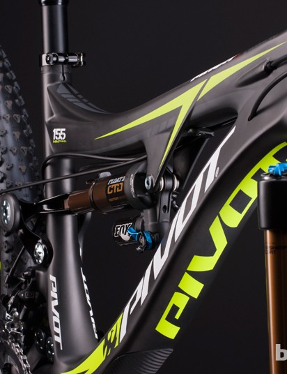 Pivot's Mach 6 has internal cable routing. Shift cables are routed through the top tube, while a line for the dropper seatpost runs through the down tube and up the seat tube