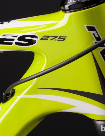 The LES 27.5 has internal routing for shift cables through the down tube