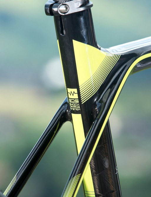 The seatstays don't join directly into the seat tube on the Scott Solace 10. They're joined but the majority of the force transmitted through them is directed into the top tube. This encourages and enables the entire rear triangle and top tube to flex and provide comfort. It's clever and it works