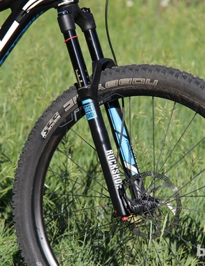 Up front, the 2014 Trance Advanced 27.5 0 has a 140mm travel RockShox Revelation RT3 fork