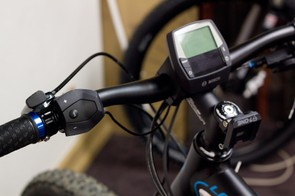 The Lapierre Overvolt's bar-mounted unit controls the motor's output in four steps, with maximum power giving minimum battery life. The unit does phase out assistance automatically at 25kph, in accordance with EU law
