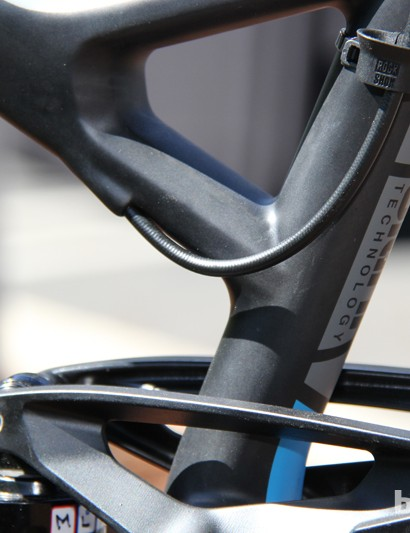While the 2014 Virtue Nine 1 on display made use of the top tube port for an externally routed dropper seatpost, production versions will come with a RockShock Stealth Rerverb seatpost routed through the down tube