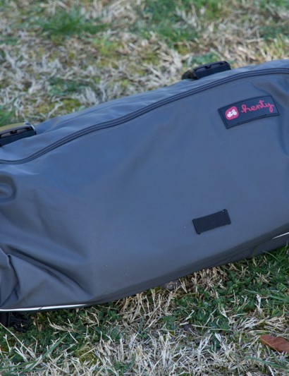 The Henty Wingman is designed to be a bag for the 9-5 commuter. A light loop and reflective piping are included, in case that meeting runs late