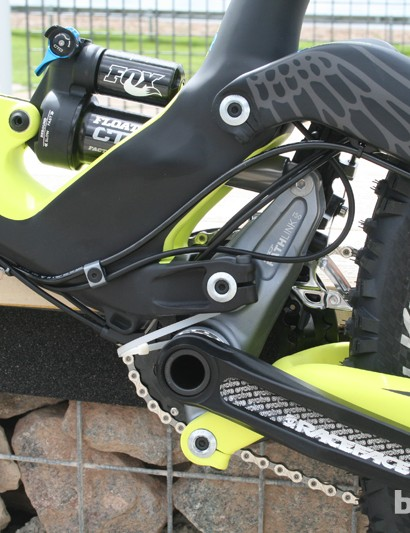 The forged PathLink component is much more obvious with this colour scheme on the GT Force X Carbon Expert