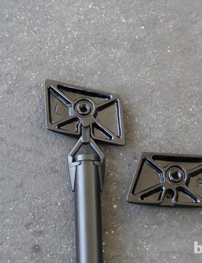 The battery is held by the two plates that press against the inner walls of the aerodynamic seatpost