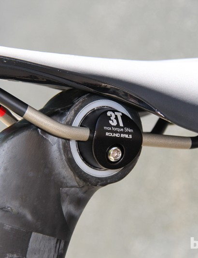 Felt worked with 3T to develop a Vibration Reducing (VR) version of the AR's VariMount seatpost, with a thin polymer ring to damp high-frequency road buzz