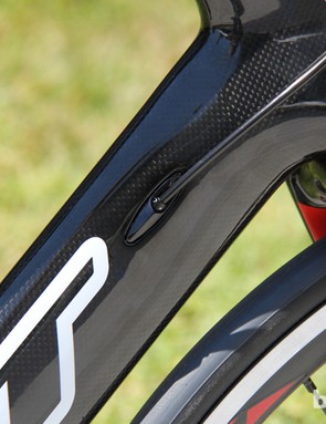 The cables of the Felt AR4 are routed into the down tube
