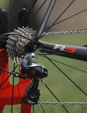 Internal routing used to mean tight bends for cables. That's not the case on the Cervélo R5