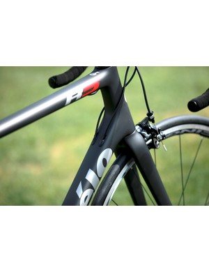 The previous R series bikes had cable stops for external routing. The new Cervélo R5 and R3 have internal routing with interchangeable stoppers for cables, wires, and hydraulic hoses
