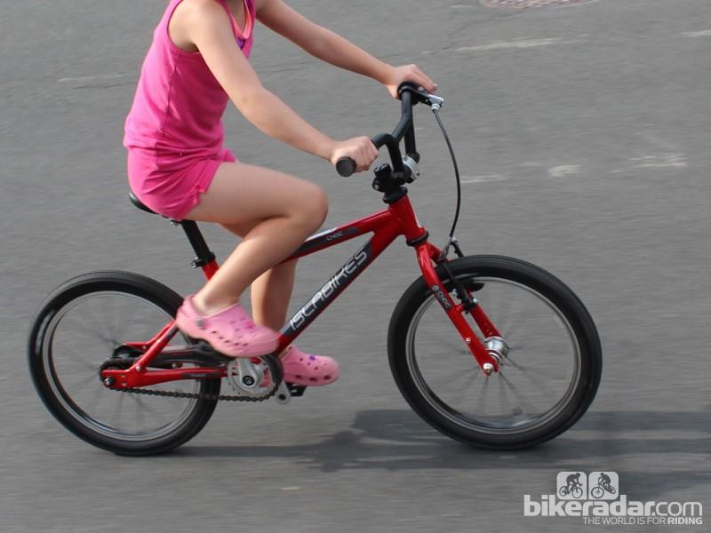 The Islabikes Cnoc 16 is an ergonomic 13.27lb (6kg) 16in kids' bike