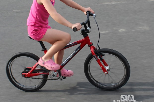 The Islabikes Cnoc 16 is an ergonomic 13.27lb (6kg) 16in kids' bike