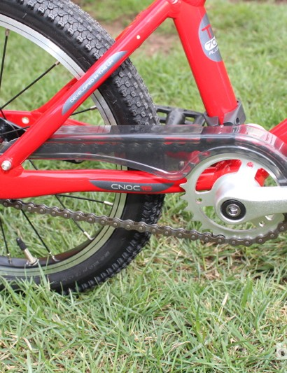 A chain guard keeps things clean and safe on the Cnoc 16, and training wheels can be attached if needed