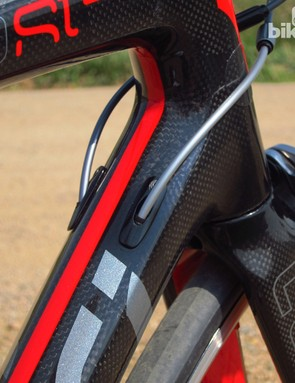 Internal cable routing can be configured for mechanical or electronic transmissions on the Devinci Leo SL