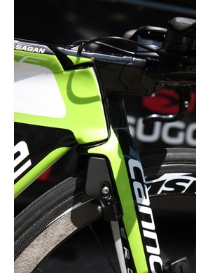 As is increasingly the trend, Cannondale integrates the fork into the leading edge of the Slice RS bike, ahead of the head tube, connecting it directly to the integrated stem/aero bar