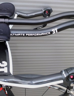 Carbon 3T Aura aero bars come as standard on the Argon 18 E-112 triathlon/time trial bike