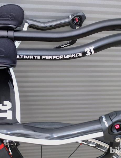 Carbon 3T Aura aero bars come as standard on the Argon 18 E-112 triathlon/time trial bike