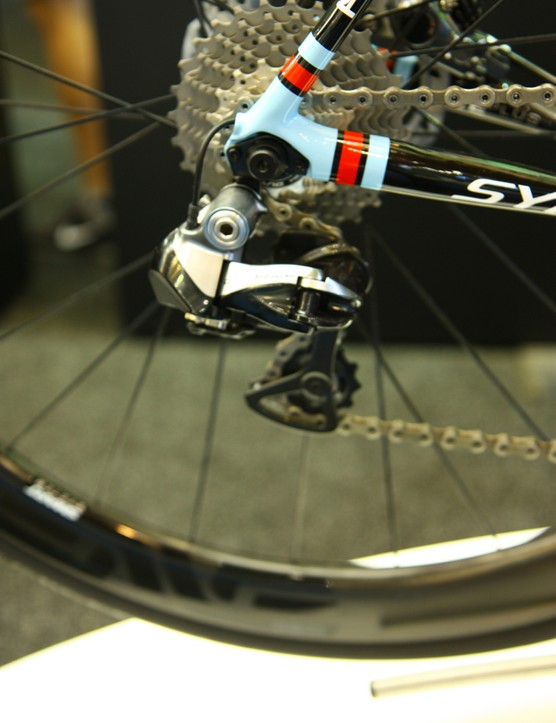 The 2014 Cannondale Synapse Hi-Mod Disc has a Shimano Dura-Ace Di2 drivetrain with Shimano non-series levers - the only hydraulic/electric levers Shimano currently offers