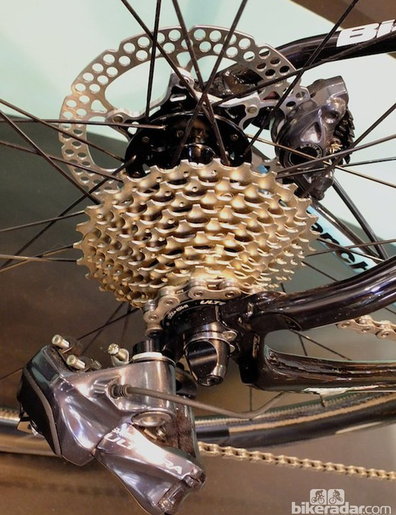 The drivetrain is complemented by Shimano's Di2-specific hydraulic disc brake setup on the Bianchi Infinito CV