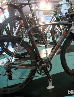 The limited edition Bianchi Oltre XR2 even carries Campagnolo's 80th anniversary crest on the down tube