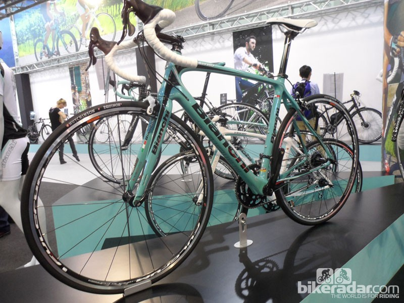 The new, more affordable carbon Bianchi Intenso is based on the Infinito. This is the Campagnolo Veloce model