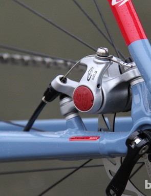 The rear brake is tucked between the seat- and chainstay, making fender mounting a breeze