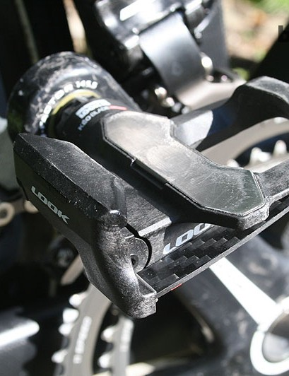 Modolo uses older Look Keo Carbon Blade pedals with the narrow carbon leaf on the outside of the pedal
