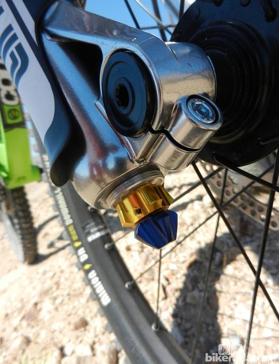 Under the protective screw cap sit the chunky high and low speed compression adjusters
