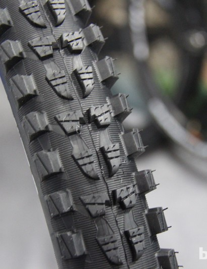 Wild Rock'R 2 was developed with input from French enduro racer Fabien Barel. The new tyre has tightly-packed center knobs that are slightly stepped to desrease rolling resistance and chunky side knobs for cornering stability. It will be available next spring in all three wheel sizes in a 2.35in width
