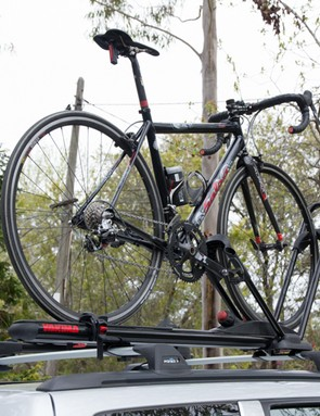 The Yakima HighRoller holds the whole bike upright by the front wheel