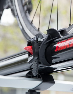 The rear wheel tray is fully adjustable and the double-sided ratchet strap allows access from either side