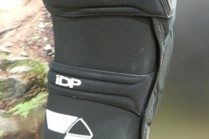 To help keep the pad tight to the leg but not heat up too much, Seven have used a full mesh sleeve to wrap around the back of the pad