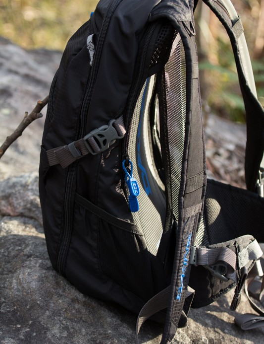The Dakine AMP 18L features a suspended mesh ventilation backing. This provided great heat management, comfort and stability