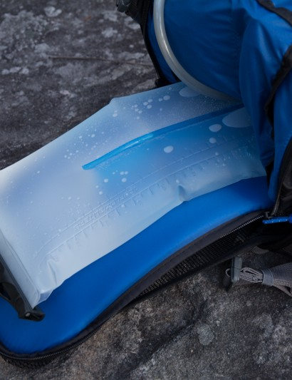 The Dakine AMP 18L houses the 3L Hydrapack reservoir (included) in its own compartment