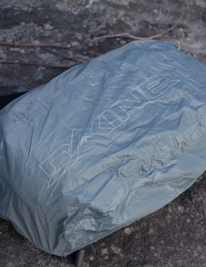 A pull-out, bungee cord equipped rain cover is included. The dark colour shows this is no high-vis commuter pack