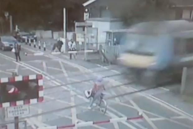 Cyclist's level crossing near-miss