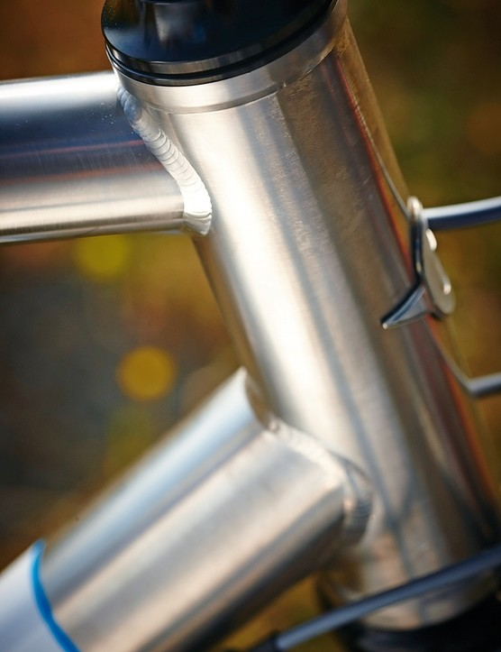 The straight head tube houses a tapered steerer