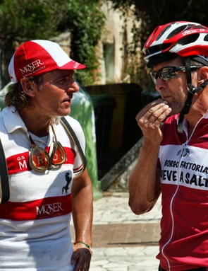 L'Eroica Pro bike: Rossi talks with American rider Mark Gouge at a public water fountain alongside L'Eroica