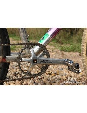 Shimano Tiagra cranks are fitted with a single 39-tooth chainring, Suntour Cyclone pedals, and a Wipperman Connex stainless steel chain