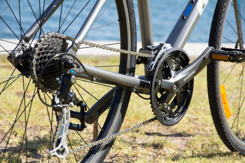The Giant Cross City 1 features a range of Altus, Acera and Alivio drivetrain pieces