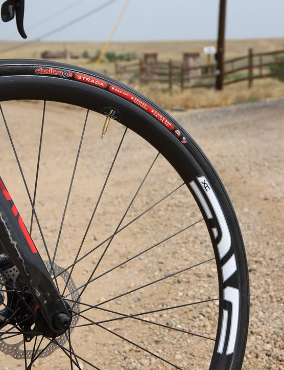 We reached into Enve Composites' mountain bike parts bin for the 29XC wheelset. The tubeless-compatible disc-specific carbon clincher rims are lightweight and rigid, plus their wider format gives more volume to the matching Challenge Strada tires