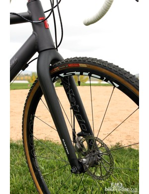 Van Dessel will offer the Aloominator in both canti-specific and disc-specific variants. The disc-specific version will come with 135mm rear hub spacing and an Easton EC90 XD fork while the standard version will be built with traditional 130mm spacing and come with an Enve Composites fork