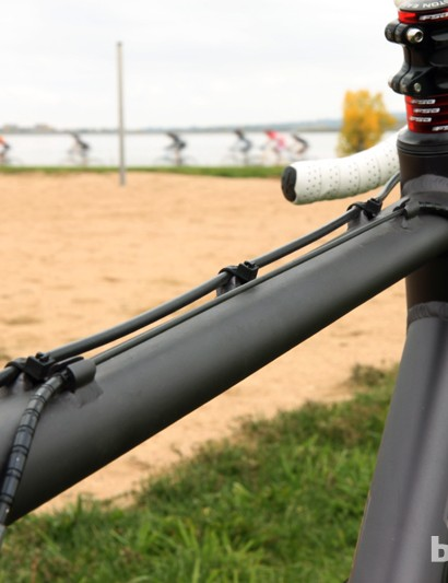 Van Dessel uses traditional 'two up, one down' routing on the new Aloominator so as to avoid seat tube mounted pulleys or cable pull adapters