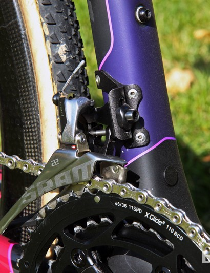 Elle Anderson (California Giant) runs without SRAM's integrated chain catcher