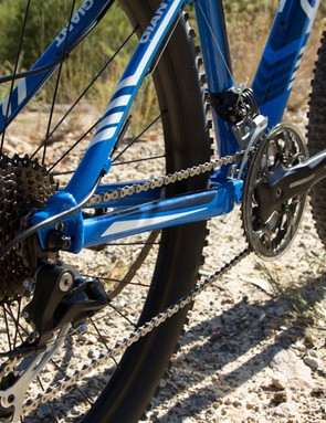 The Giant Talon 27.5 4 2014 has a mostly-Shimano 27-speed drivetrain